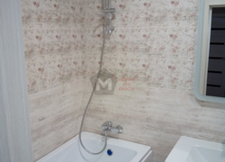 Вид установки ванной в комнате и укладка плитки на стене